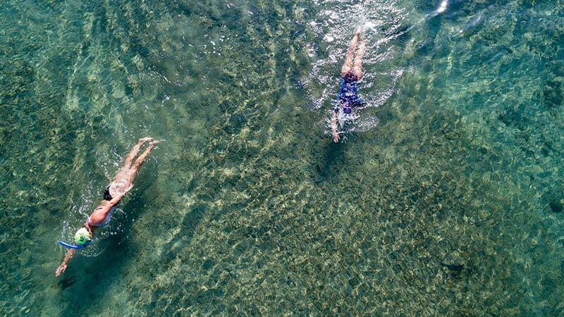 ejercicios-de-bajo-impacto-mujeres-nadando-en-el-mar