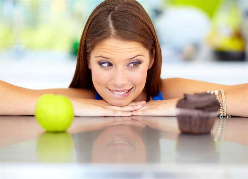 chica-mirando-muffin-manzana-antojos