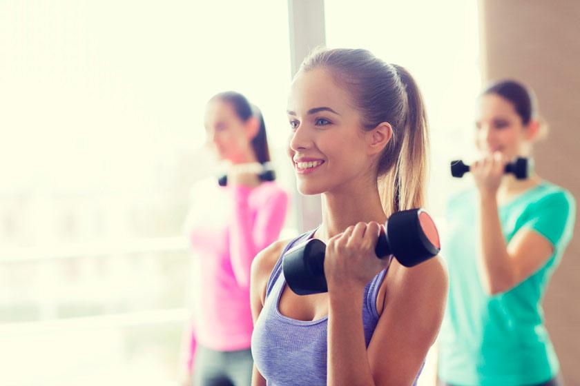 chicas-haciendo-ejercicio-mancuernas