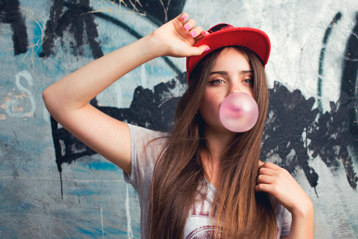 Chica mascando chicle