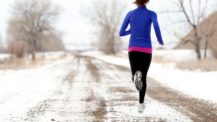 chica corriendo por la nieve