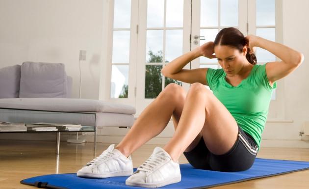 chica-haciendo-crunch-ejercicios-en-casa