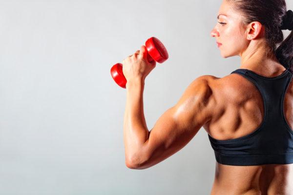 mujer levantando pesa hombros