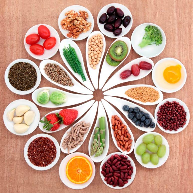 platos con diferentes alimentos sanos