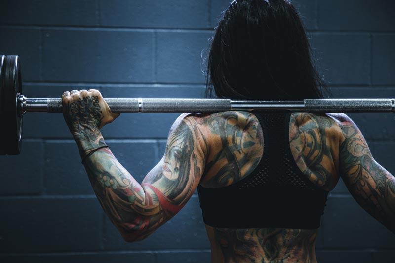 beneficios-creatina-mujer-pesas
