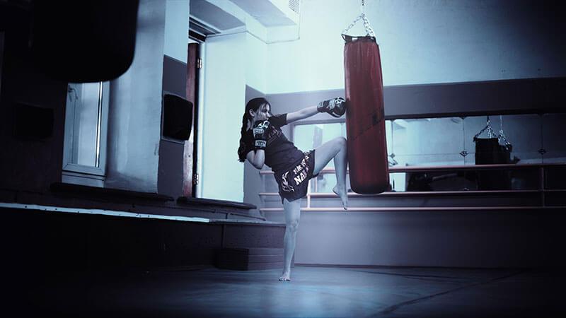 boxeo-para-mujeres-chica-golpeando