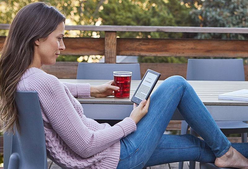 chica fitness leyendo con el nuevo e-reader kindle
