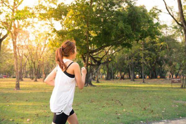 correr-con-calor-chica-corriendo-bosque