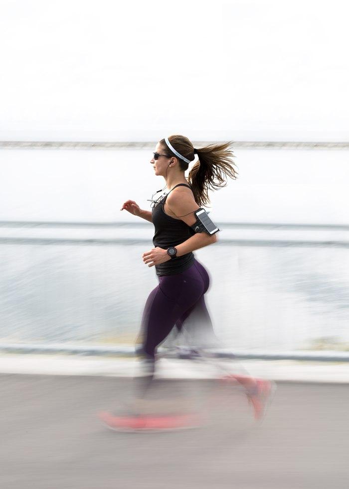 correr-con-calor-chica-corriendo
