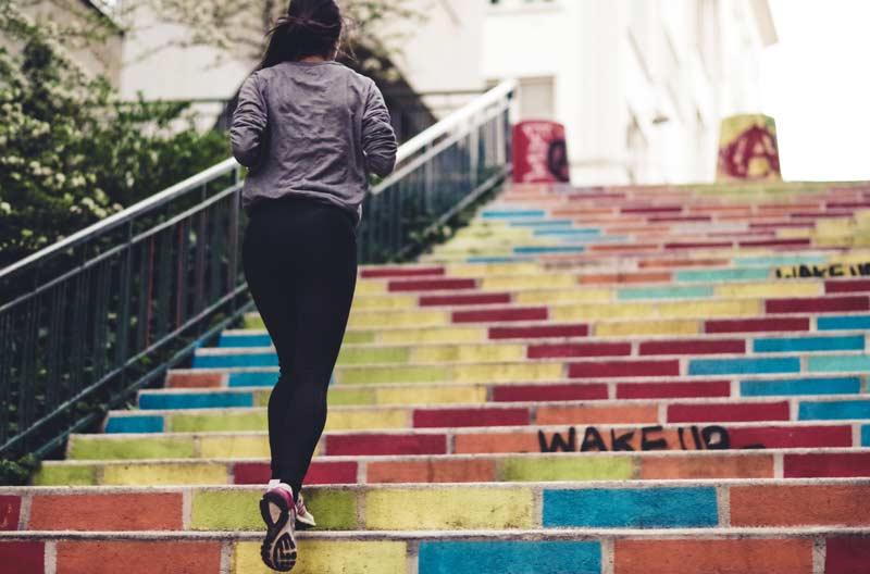 correr-en-invierno-chica-escaleras