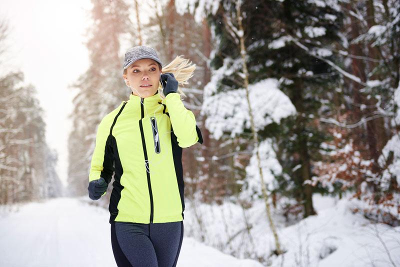 correr con frío en la nieve