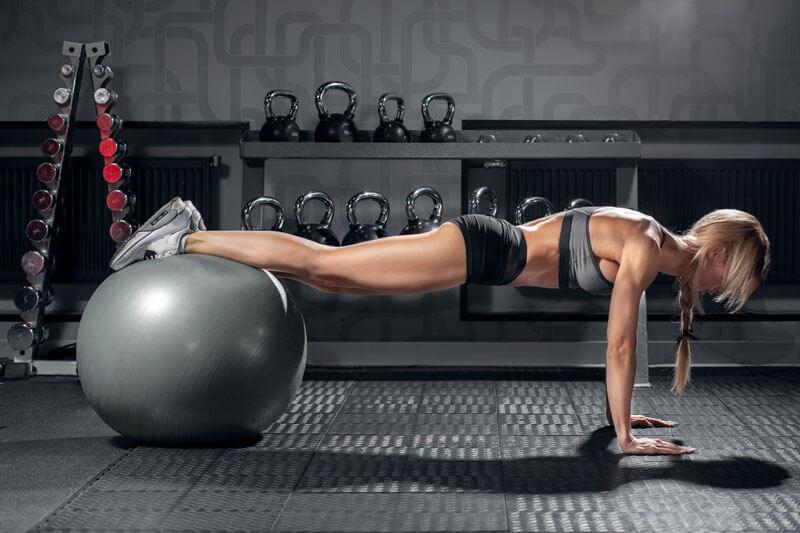 dieta-para-perder-grasa-ganar-musuclo-bola-mujer-ejercicio