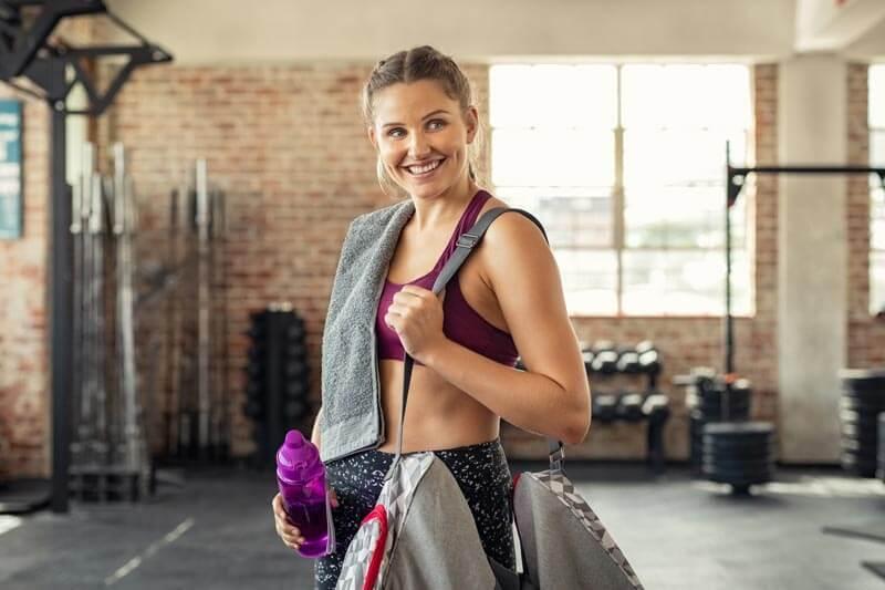 dieta-para-perder-grasa-ganar-musuclo-mujer-bolsa-gimnasio