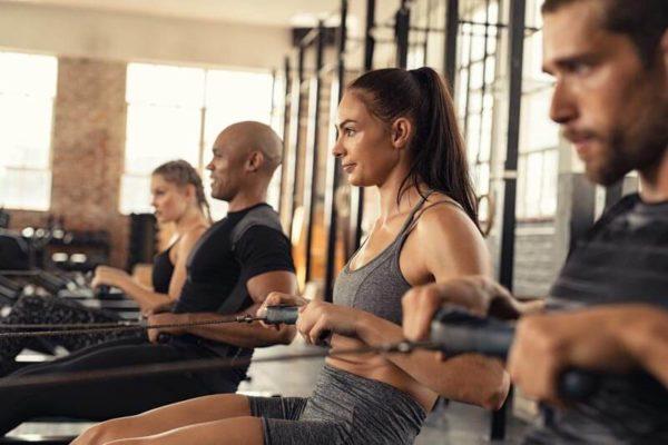 dieta-para-perder-grasa-ganar-musuclo-mujer-remo-gimnasio