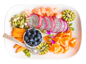 Ensaladas de verano de fruta y cítricos con pitaya o fruit dragon