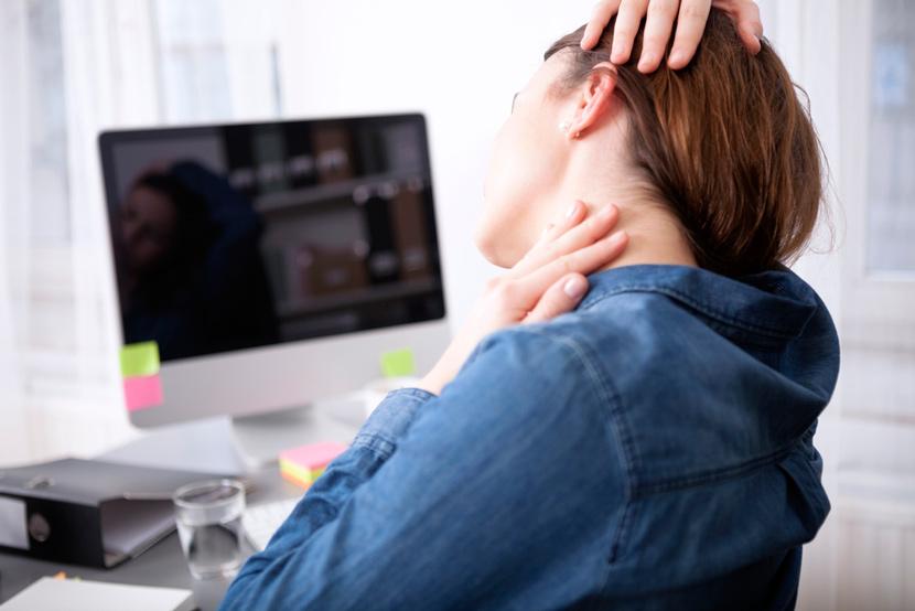 mujer sentada dolor cuello