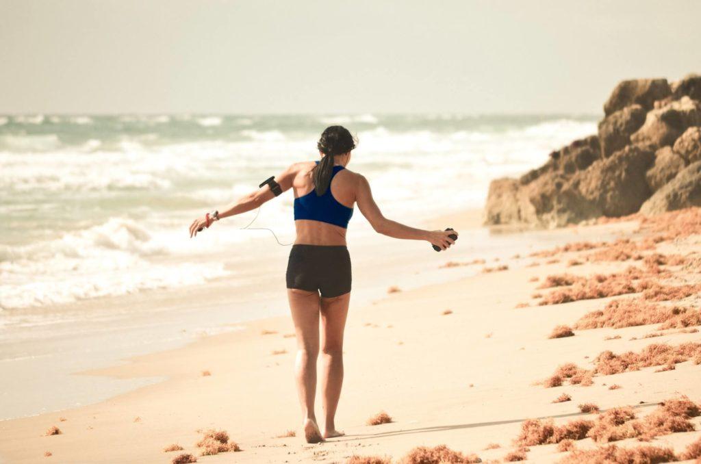 ejercicios-de-bajo-impacto-ejercicio-junto-al-mar