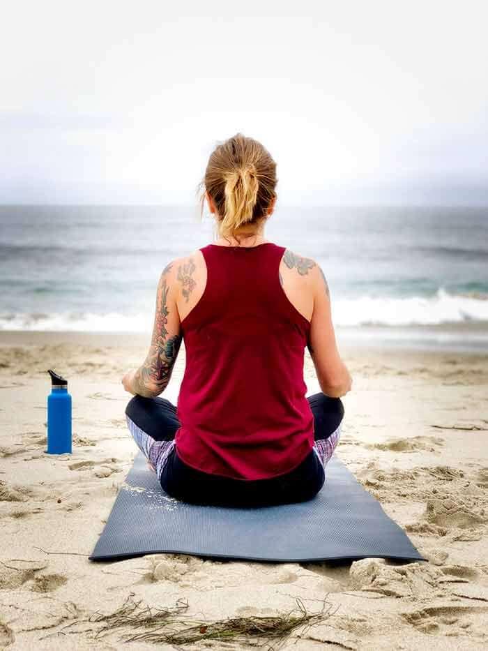 ejercicios-hacer-playa-chica-espaldas