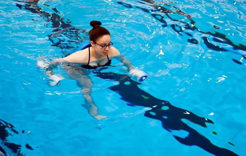 ejercicios-para-hacer-en-la-piscina-mancuerna