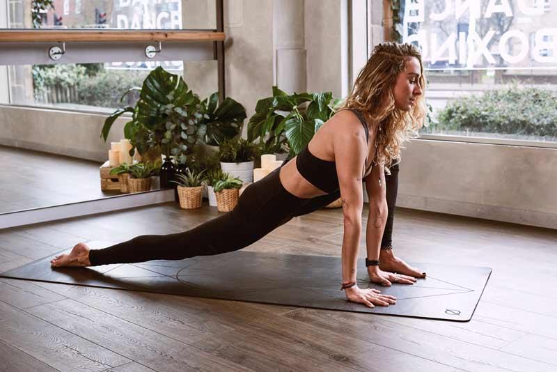 ejercicios-para-reducir-caderas-zancada