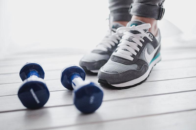 ejercicios-para-reducir-cintura-mujer-ropa-de-deporte