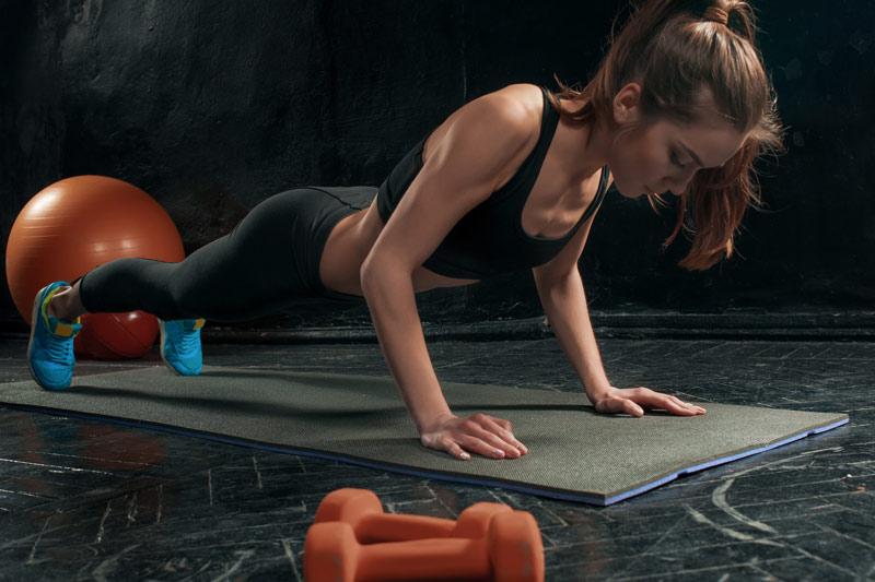 ejercicios con pesas para pecho mujer