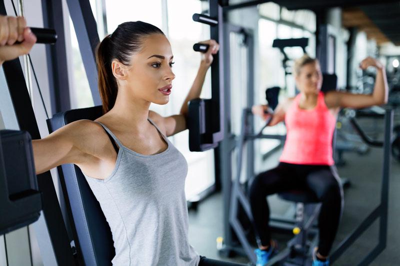 ejercicios pecho mujer gimnasio