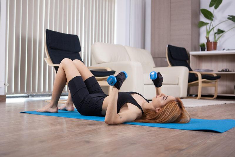 ejercicios pecho mujer press