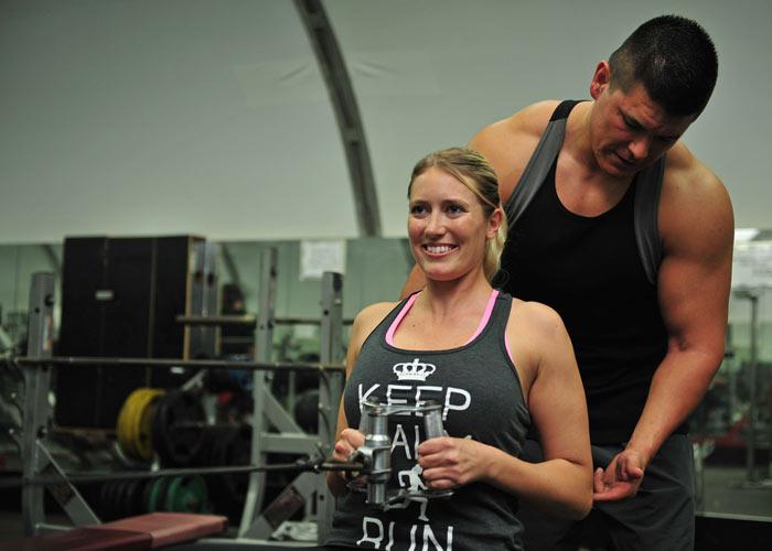 empezar-en-el-gimnasio-chica-entrenador
