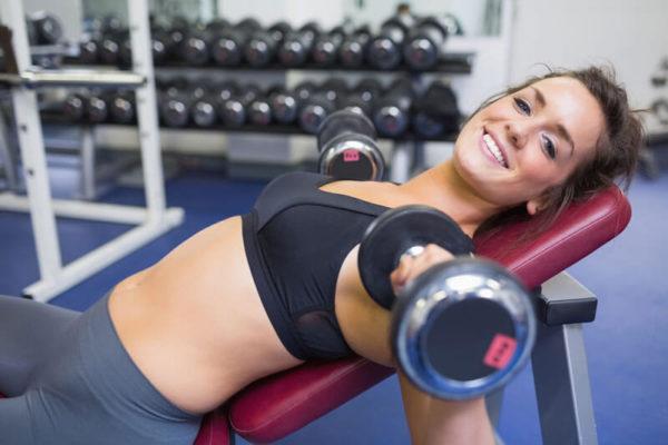entrenando-gimnasio-mujer