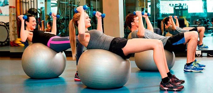 chicas entrenando en sala del gimnasio