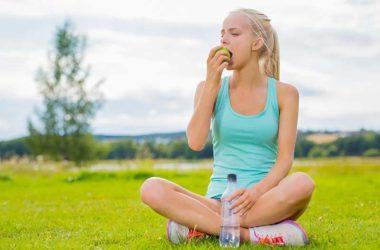 chica-hidratandose-comiendo