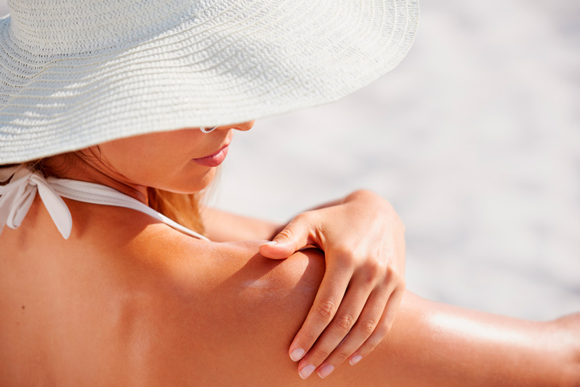 mujer acariciando piel