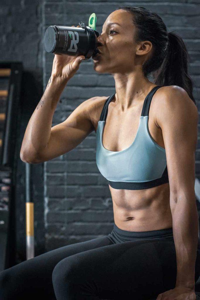 proteinas-para-gimnasio-chica-bebiendo