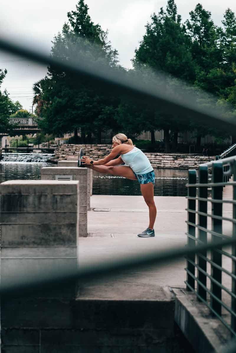 recuperacion-muscular-despues-ejercicio-chica-estirando
