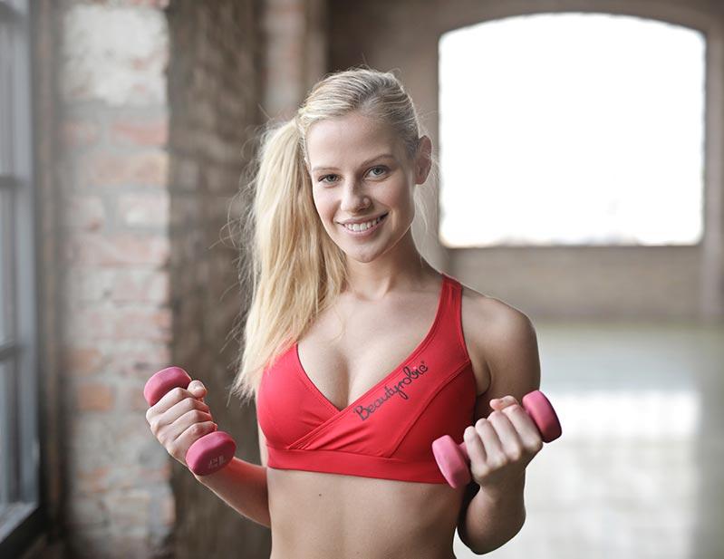 rutina-ejercicios-para-mujeres-chica-mancuernas