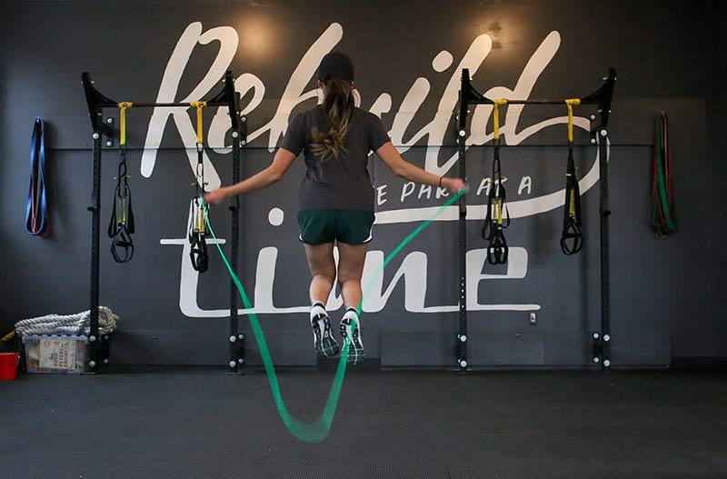 rutina-ejercicios-para-mujeres-saltando-comba
