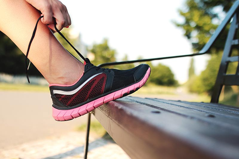 rutina-ejercicios-para-mujeres-zapatilla-deporte
