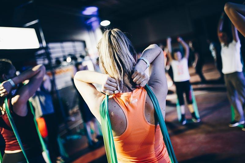 suplementos-de-proteinas-mujeres-en-gimnasio