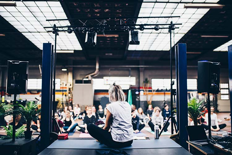 suplementos-de-proteinas-mujeres-practicando-yoga