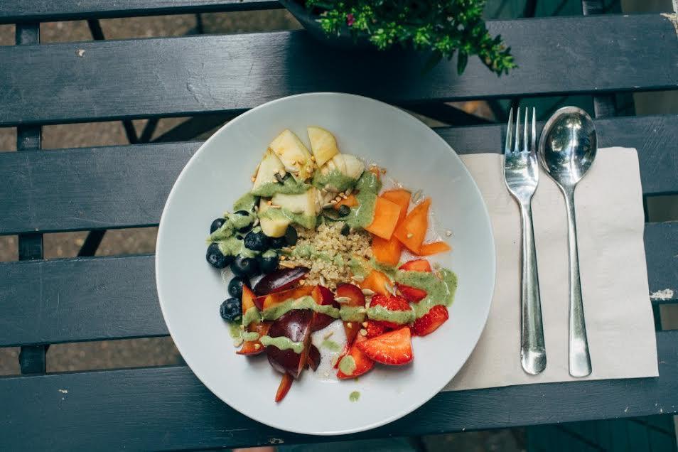 Ensalada de verano de fruta y quinoa