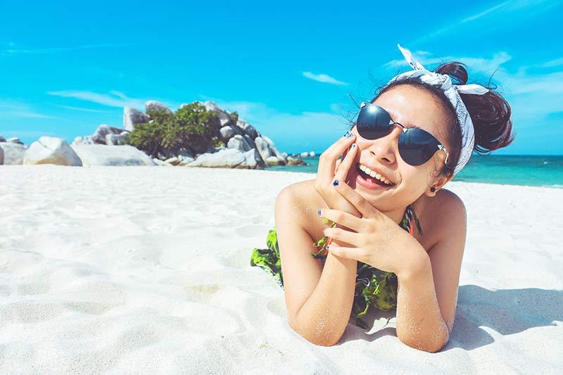 vitamina-c-en-verano-chica-tomando-sol